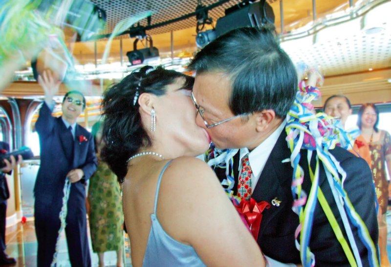 團員在郵輪上舉行婚禮。(圖/大塊文化提供)