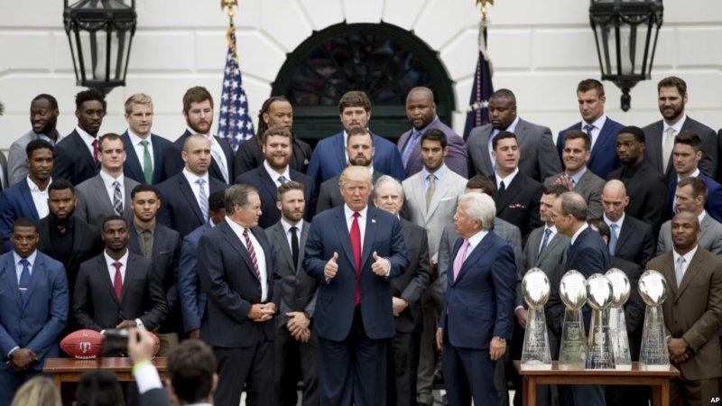 川普總統與訪問白宮的超級盃冠軍新英格蘭愛國者隊在白宮合影。(美國之音)
