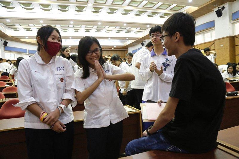 二月底,周奕勳應邀至高雄高商演講,有學生圍著他問問題。