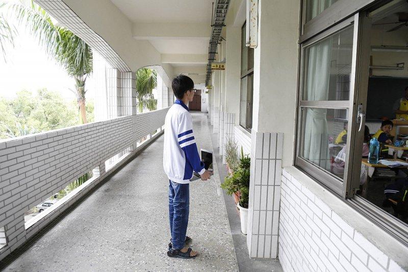 教室曾是周奕勳逃離的場所,但畢業後卻反被邀請回母校演講,和學弟妹分享如何做自己。