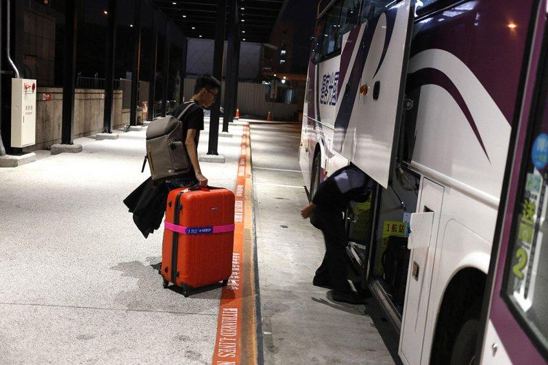 清晨五點,周奕勳拖著行囊,準備搭車到機場,前往北京。