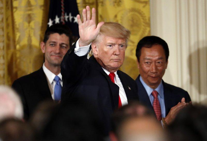 鴻海總裁郭台銘(右)26日在白宮與川普總統(中)共同宣布,將投資100億美元在威斯康辛州設立LCD工廠,左為眾議院議長萊恩(AP)