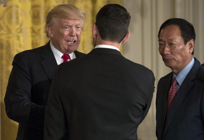 鴻海總裁郭台銘26日在白宮與川普總統共同宣布,將投資100億美元在威斯康辛州設立LCD工廠(AP)