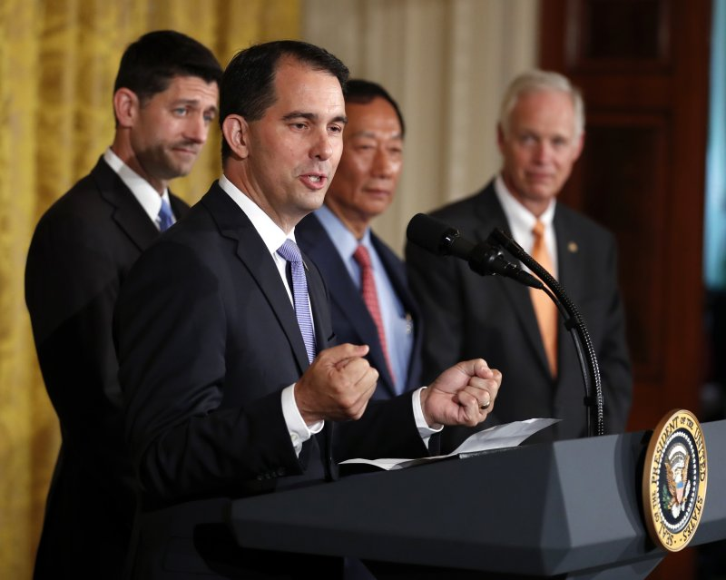 鴻海總裁郭台銘26日在白宮與川普總統共同宣布,將投資100億美元在威斯康辛州設立LCD工廠,圖為威斯康辛州州長沃克(AP)