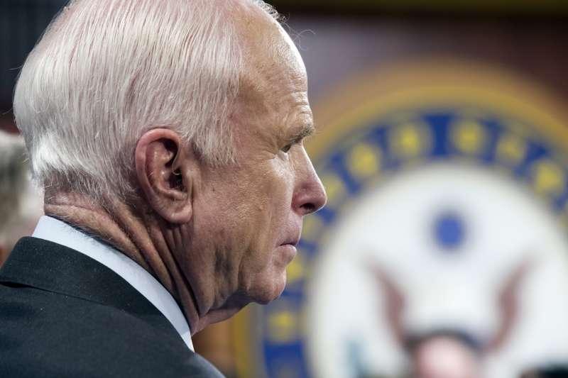 歐巴馬健保(Obamacare)存廢的關鍵人物,亞利桑那州的共和黨參議員馬侃(John McCain)(AP)