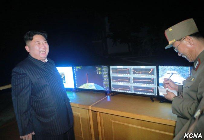 北韓28日試射「火星14」飛彈,金正恩親自到場觀看。(朝中社)