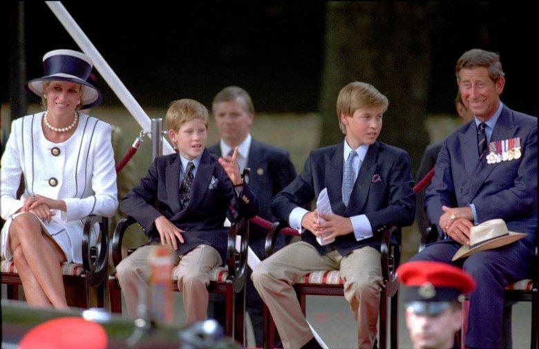 由左至右:黛安娜王妃、哈利王子、威廉王子、查爾斯王儲(AP)