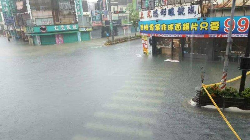 台南仁德區淹水嚴重,圖為中正中山路口。(取自台南諸事會社)