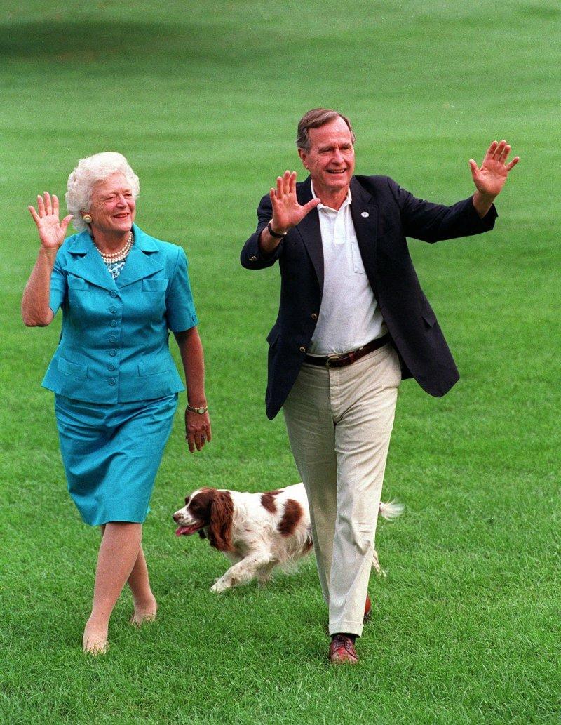 美國前總統小布希夫婦與所養的寵物狗(AP)