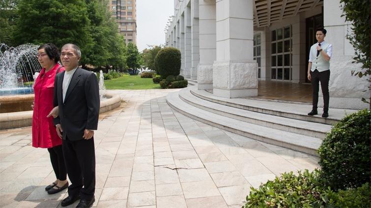 主婚人J爸和J媽(前排)在婚禮儀式開始前等待進場,後方站立的新人Janerson神色略顯緊張。(圖/曾千倚攝,親子天下提供)