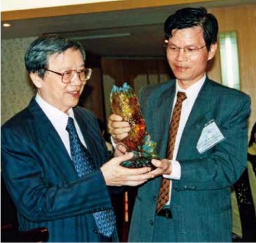 王光燦教授(左)踏實的工作態度,是作者在醣科學研究路上的精神榜 樣。1999年王光燦的退休餐會中,作者特別向恩師獻上紀念品。(科學人提供)