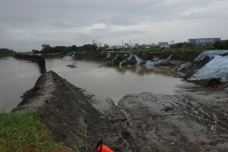 林全今(1)日下午前往台南市視察港尾溝溪搶險工程。(行政院提供)