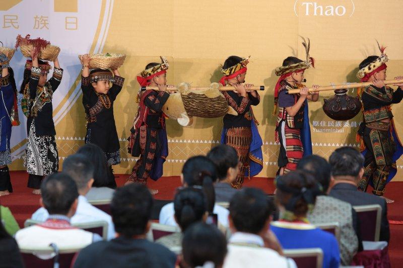 20170801-原民會1日舉行「全國原住民族行政會議」,並找來屏東來義鄉原住民小朋友上台表演。(顏麟宇攝)