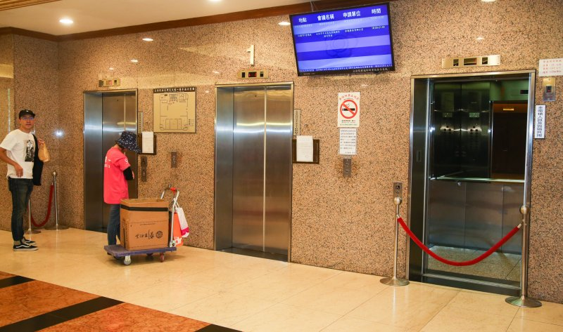 20170801-配合政府節能措施,立法院針對用電設施作調整,圖為中興大樓三部電梯作局部關閉。(陳明仁攝)