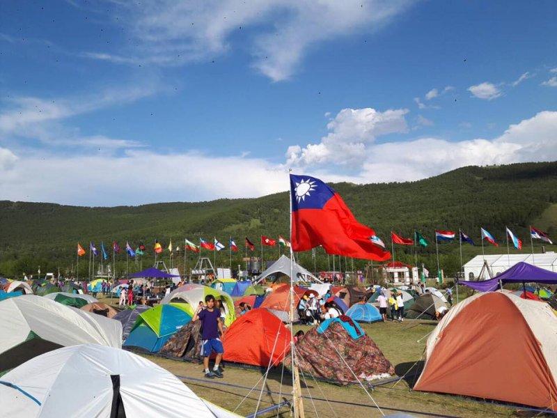 2017年度童軍亞太大露營於7月28日在蒙古烏蘭巴托舉辦,我國旗難得突破中國打壓,得以和其他國家一起飄揚於蒙古大草原上。(取自基隆市政府教育處粉絲專頁)