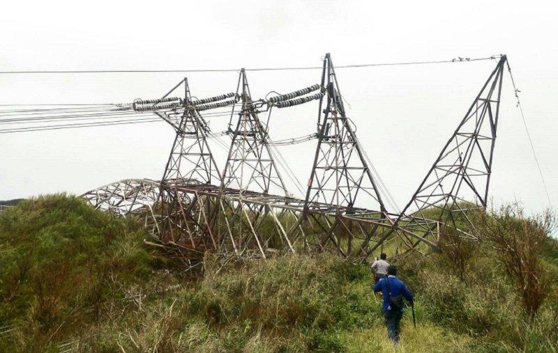 和平電廠電塔倒塌,讓全台陷入供電吃緊。(和平電廠提供/取自蔡英文臉書)