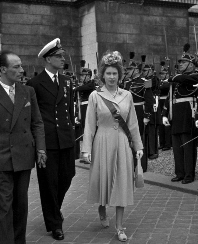 接受完法國總統歐希歐勒頒予法國榮譽軍團大十字勳位的伊麗莎白公主,衣服上多了勳位的紅色綬帶。.jpg