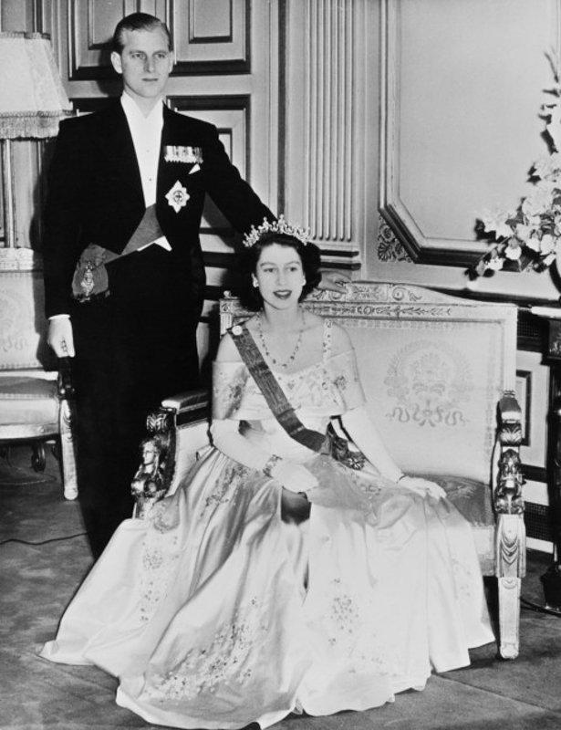 盛裝出席艾麗榭宮晚宴的伊麗莎白公主和菲利浦王子.jpg