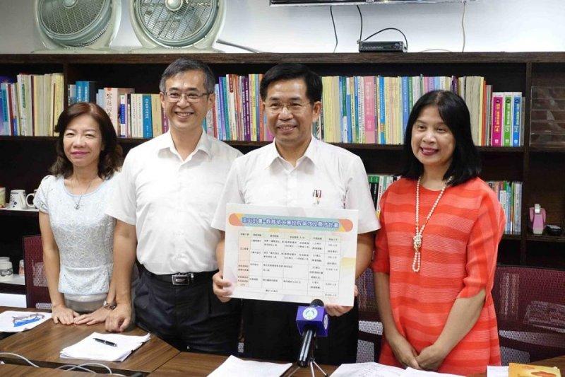 教育部長潘文忠(右二)說明「玉山計畫」,將每年度投入最高五十六億元於高教預算,作為延攬國內外頂尖人才用途,以提高我國高教競爭力及國際能見度。(圖/蔡富丞攝)