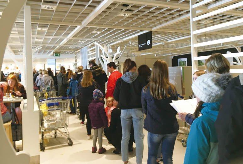 p.42 圖說:瑞典人不愛排隊,不過中午的IKEA餐廳卻常常大排長龍。.jpg