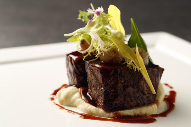 「一塊好肉搭上洋芋泥」是義大利人家常聚餐最愛的豐盛料理。主廚將可可豆融入醬汁並以獨特擺盤上桌,更添新穎風味。(圖/台北萬豪酒店提供)