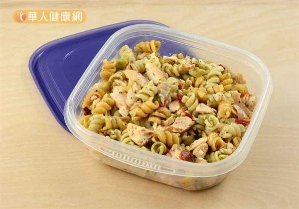 當一次烹調較大量的食物,或是發現自己不慎煮太多時,則最好於用餐前先行使用乾淨的餐具分裝。(圖/華人健康網)