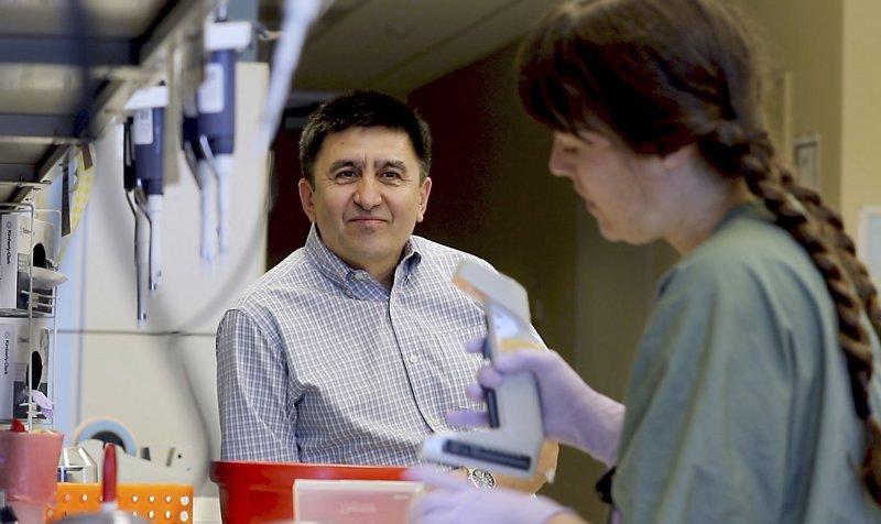 美國一個研究團隊2日宣布完成全世界首例成功的「人類胚胎基因編輯」,左為研究領導人米塔利波夫(Shoukhrat Mitalipov)(AP)