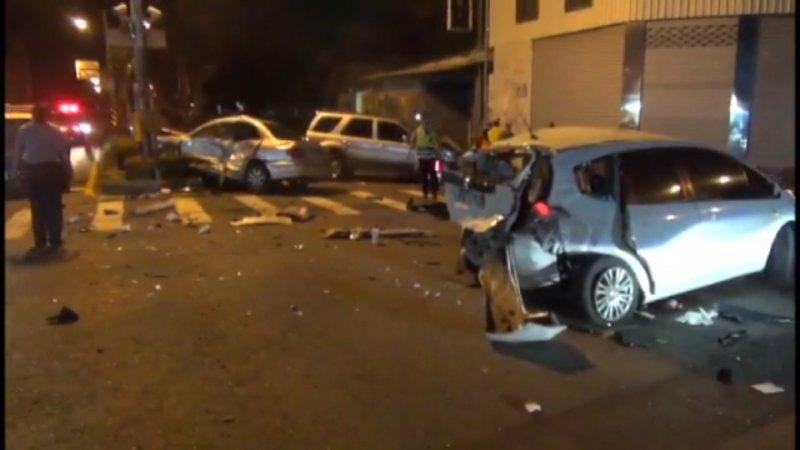 車禍現場碎片遍布滿地,可見當時撞擊力道不小。(取自Youtube截圖)