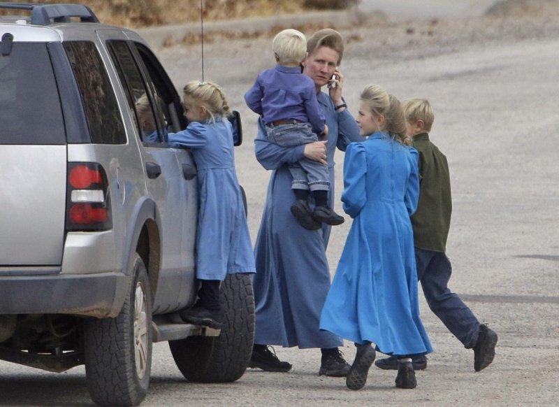 猶他州的FLDS女性成員,都穿著長袖素色洋裝。(美聯社)