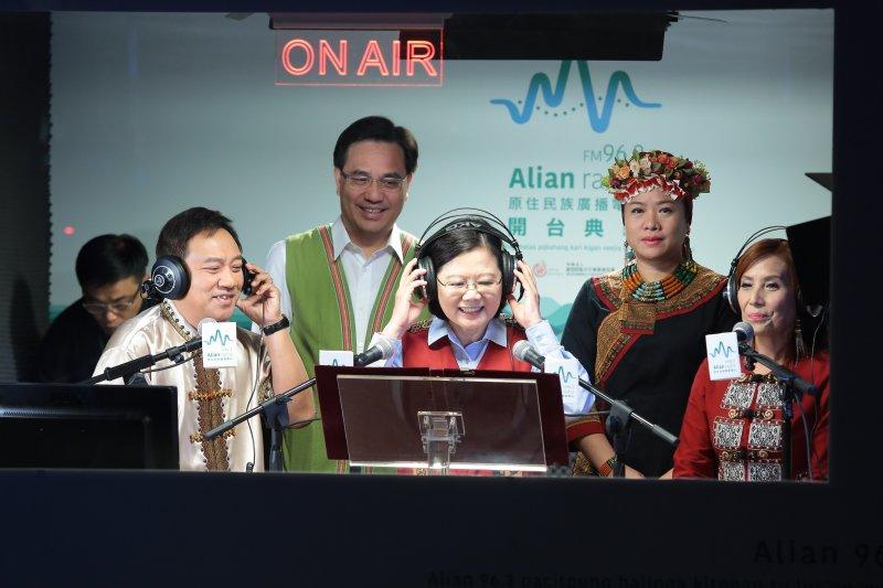 20170809-總統蔡英文9日出席「Alian 96.3原住民族廣播電臺」開台記者會,並進入錄音室為電台發出第一聲。(顏麟宇攝)
