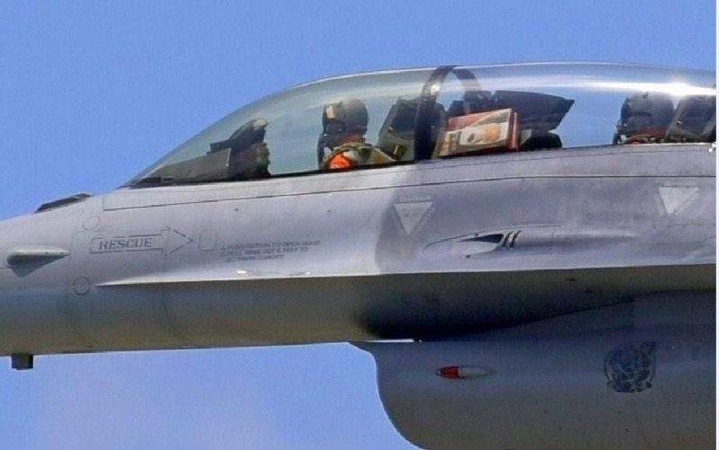 空軍401聯隊第17作戰隊中校飛官違規夾帶麻糬上F-16B雙座戰鬥機,空軍司令部表示,除將嚴懲也已要求各單位加強飛行紀律並援為案例實施宣教,避免類案再生。(取自網路)