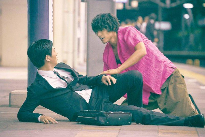 山本在地鐵站救了想要自殺的小隆,兩人的友誼就此開始。(圖/福相電影提供)
