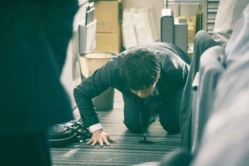 被上司逼迫要向所有同事下跪道歉,是否該為了生存放下自尊?(圖/福相電影提供)