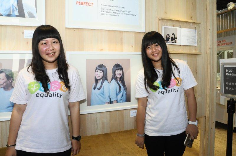 20170811-修謙姊妹與《完美》攝影作品合照。(陽光基金會提供)