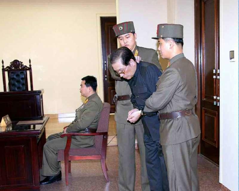 2013年12月,金正恩下令逮捕權傾一時的姑丈張成澤(取自網路)