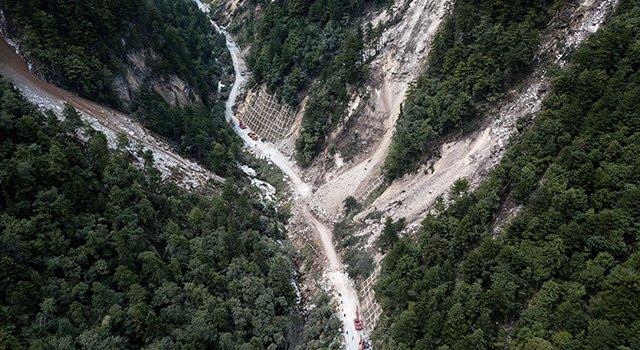 九寨溝強震後當地出現大量滑坡,搜救困難加劇。(新華網)