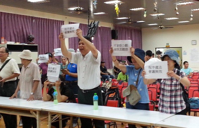 今年7月在「台南鐵路地下化」土地徵收公聽會中,徐世榮連續喊了三個小時「程序違法、會議無效」。 (朱淑娟提供)