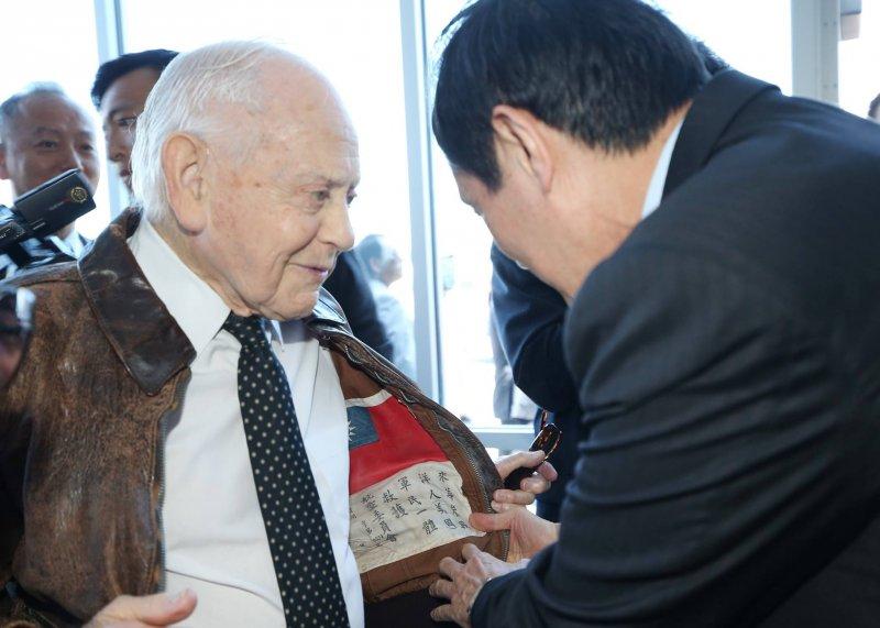 前總統馬英九與最後一位美國飛虎隊員Hal Javitt合照。(取自馬英九臉書)