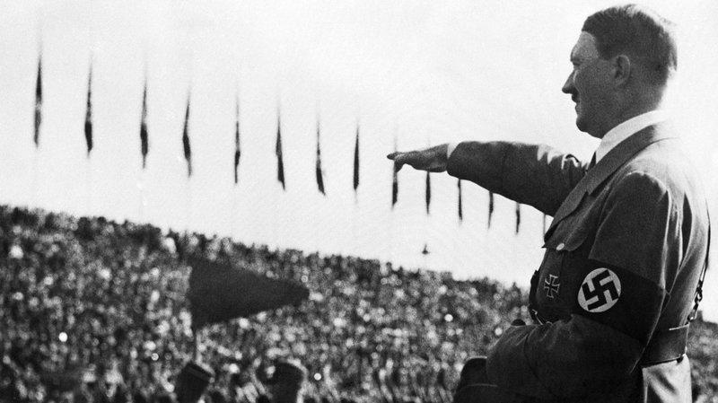 希特勒對台下群眾行納粹禮(AP)