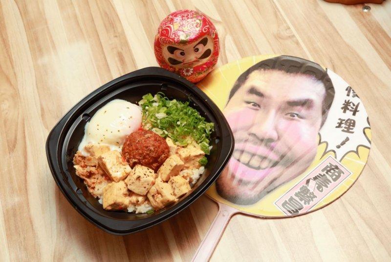 楊哲銘的麻婆豆腐丼,既不勾芡,還附上一顆手工肉丸。(圖/賀大新攝影,經理人提供)