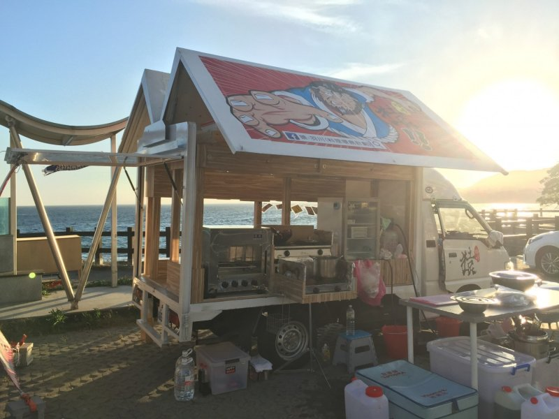 海岸襯著夕陽,是用餐時最美的風景。(圖片來源:楊哲銘;經理人提供)