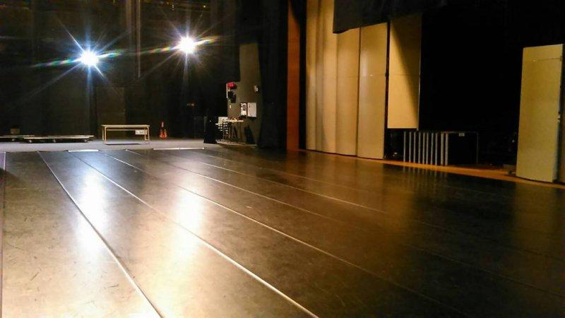 需要好幾道的黑膠地板,才能貼滿整個舞台。(圖/廣藝基金會提供)