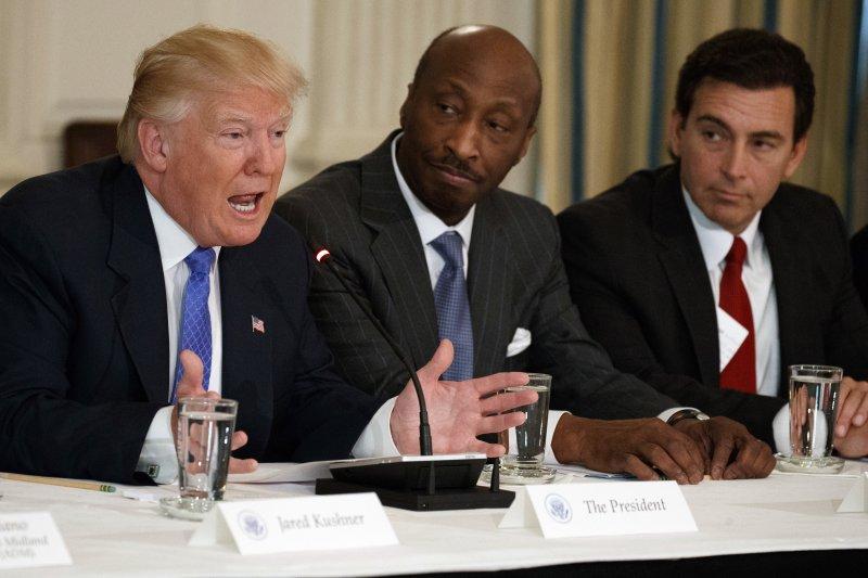 默克藥廠執行長弗雷澤請辭白宮顧問。他也是委員會唯一一位非裔成員(美聯社)