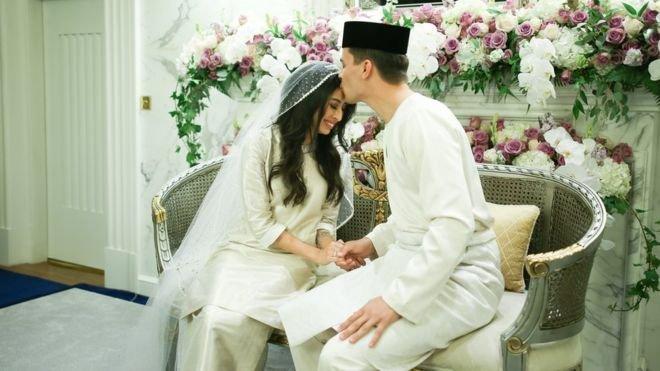 早前阿米娜與丹尼斯早前為家人舉行私人的慶祝儀式。他們在馬來西亞一家咖啡廳邂逅,談戀愛三年後結婚。(BBC中文網)