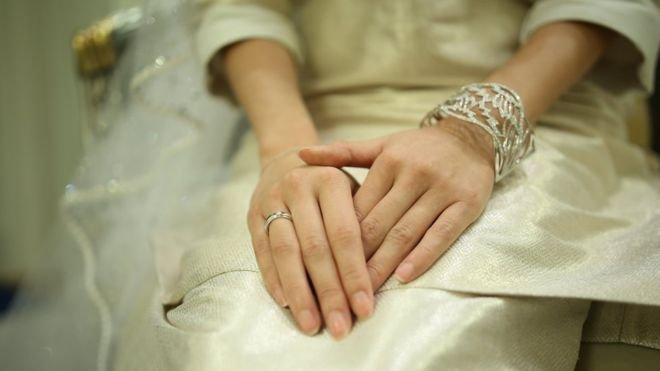 公主穿上一襲優雅的白色嫁衣,配襯閃爍的珠寶。配合當地的傳統,新娘得到22.50令吉(四英鎊)的嫁妝。(BBC中文網)