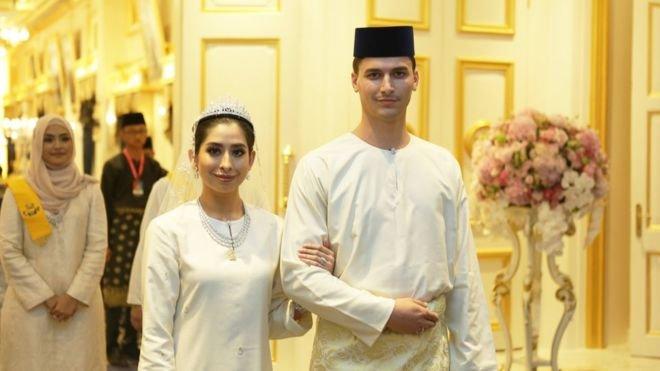 大馬柔佛州公主端姑阿米娜(Tunku Tun Aminah Maimunah Iskandariah),夫婿是丹尼斯‧穆罕默德‧阿布杜拉歲,已經改信伊斯蘭教。他們周一舉行公開婚禮。(BBC中文網)