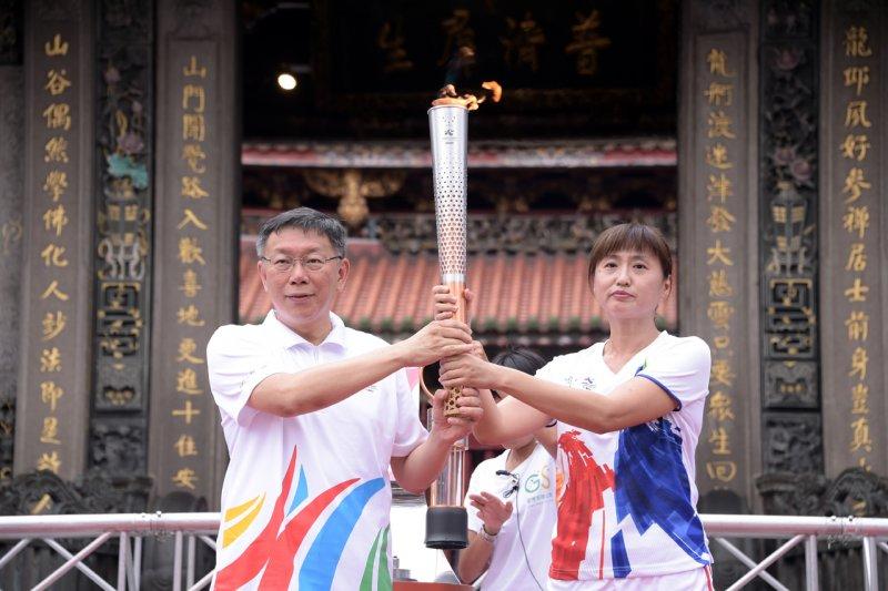 為台灣拿下第一面世大運金牌、封號為「風速女王」的王惠珍(右)擔任第一棒火炬手,希望台灣體育佳績和精神能承上啟下。(台北市政府提供)