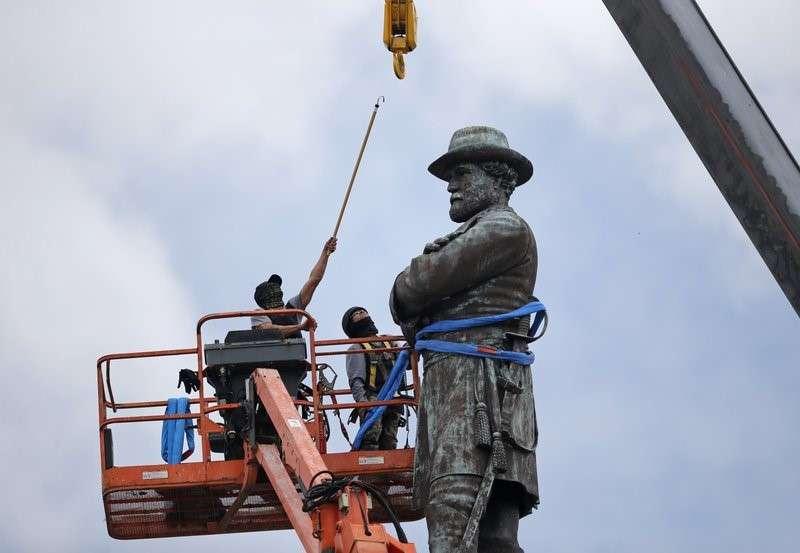 正在拆除紐奧良李將軍銅像的人員。(美聯社)