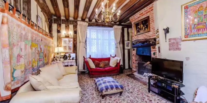 電影《哈利波特》主角哈利出生時,與父母同住的故居現在求售(截自YouTube)