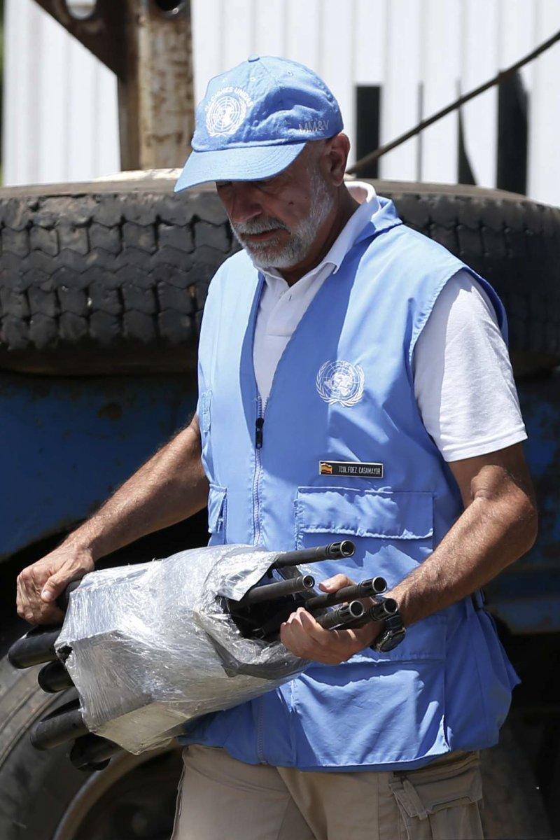 哥倫比亞最大反叛武裝組織FARC向聯合國完成繳械,圖為接收步槍的聯合國人員(AP)